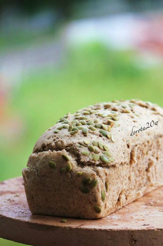 Chleb orkiszowy z żytnimi otrębami i pestkami dyni