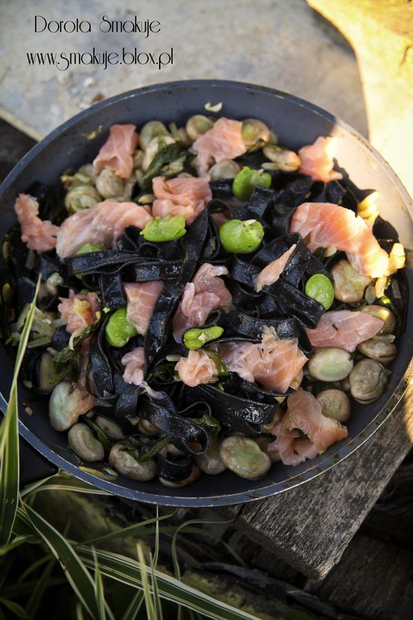 Czarny makaron z wędzonym łososiem i bobem