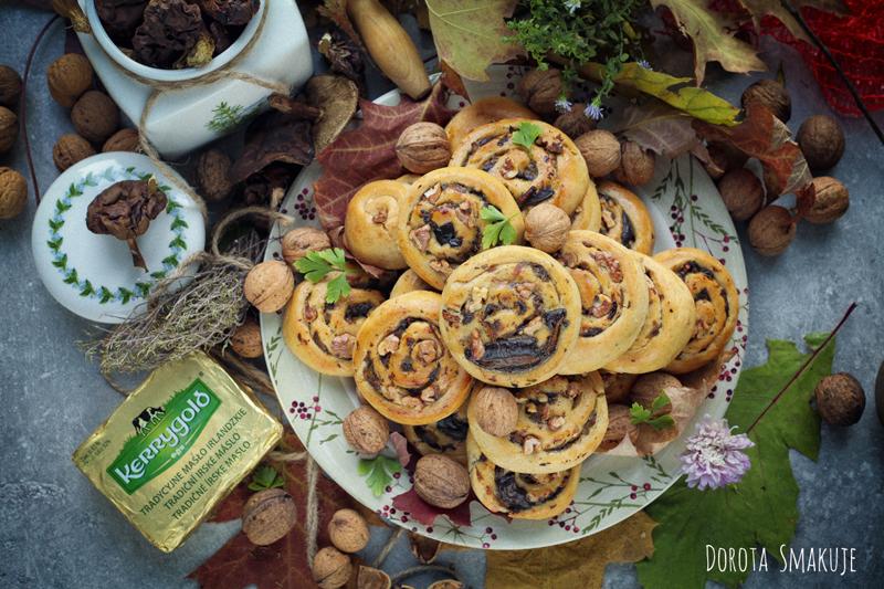 Drożdżowe ślimaczki z grzybami leśnymi