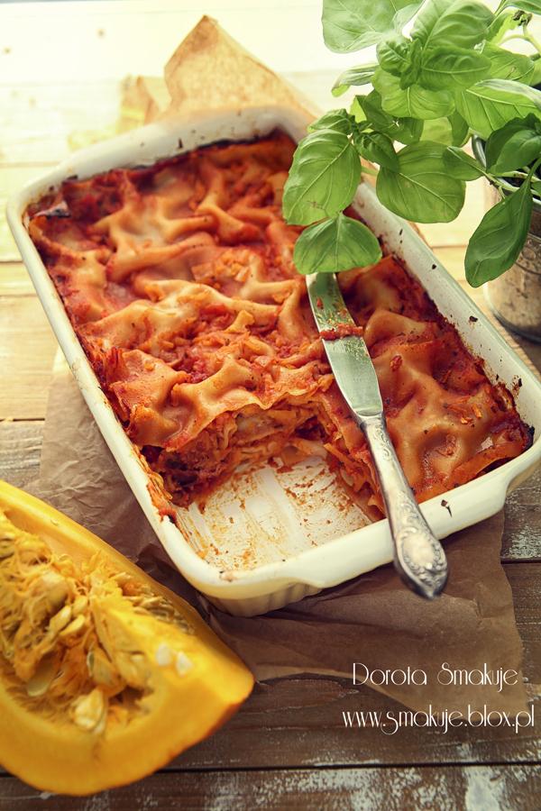 Ekspresowa lazania z wędzona kiełbasą, dynią i pikantnym sosem pomidorowym