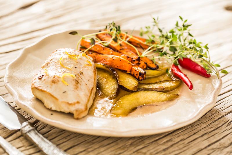 Filet z kurczaka z brzoskwiniami i tymiankiem podany z pieczonymi frytkami z marchewki