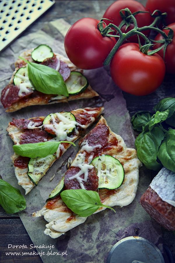Grillowana pizza z cukinią i salami oraz ketchupem Pudliszki