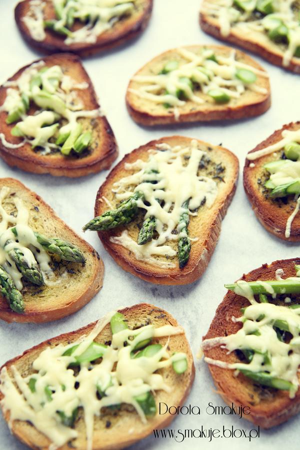 Grzanki z masłem ziołowym, żółtym serem i szparagami