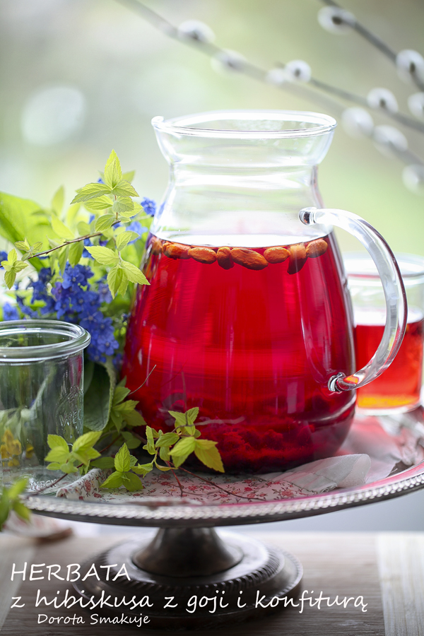 Herbata z hibiskusa z jagodami goji i konfiturą