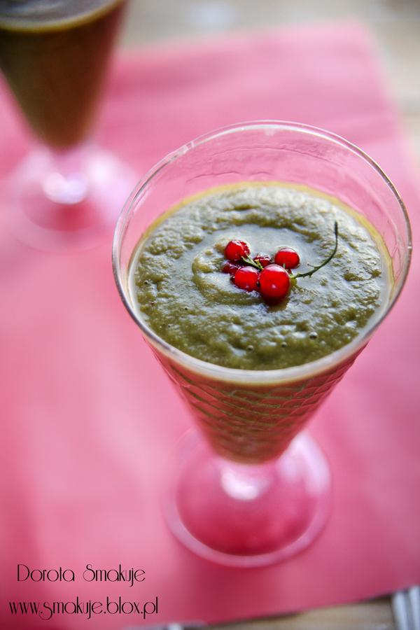 Zielony koktajl z czerwonej porzeczki