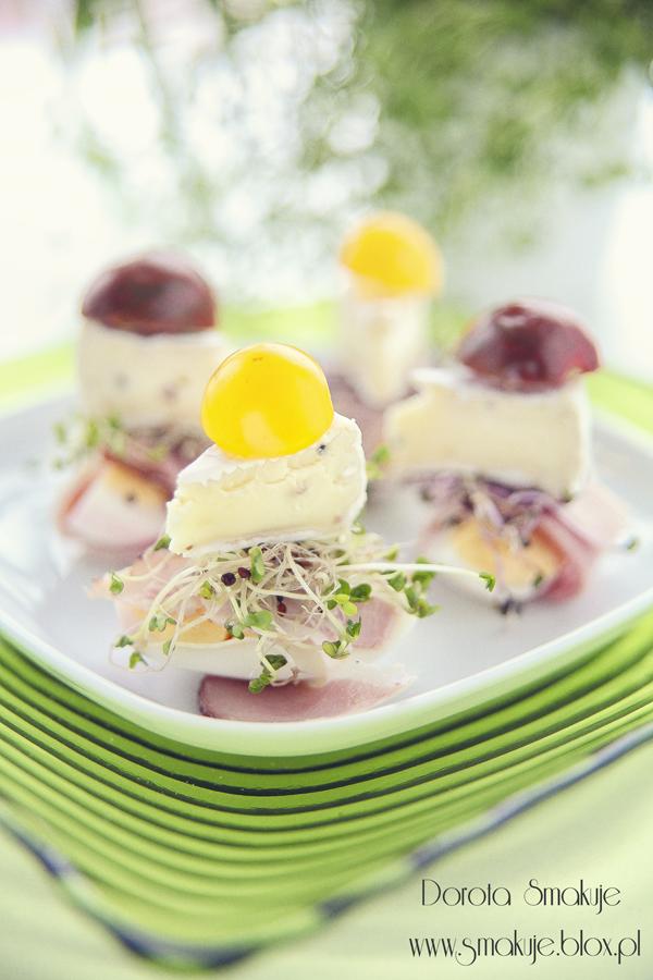 Koreczki z jajkiem, szynką, kiełkami, serem camembert i pomidorkiem