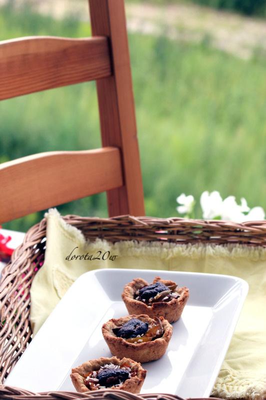 Kruche babeczki ze śliwkami, kokosem i czekoladą