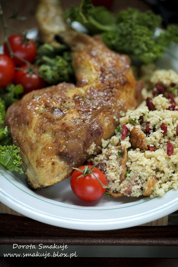 Kurczak w glazurze brzoskwiniowej na kaszy kuskus z goją i figami