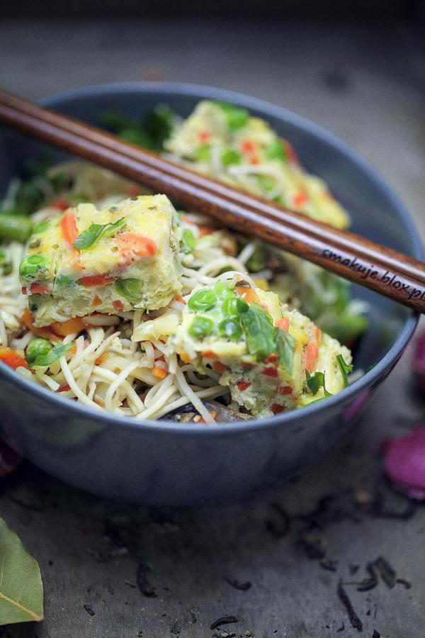 Makaron po chińsku z omletem