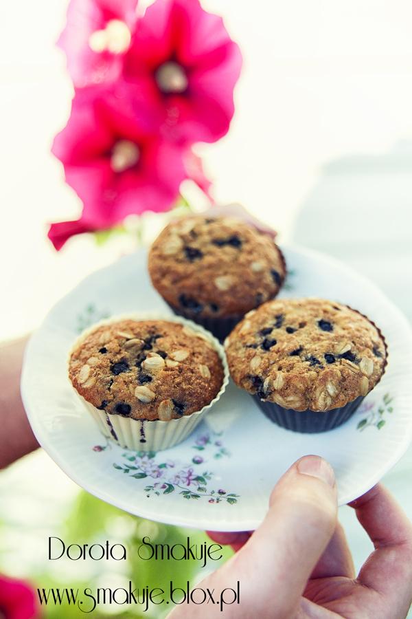 Muffinki razowe z płatkami owsianymi i jagodami leśnymi