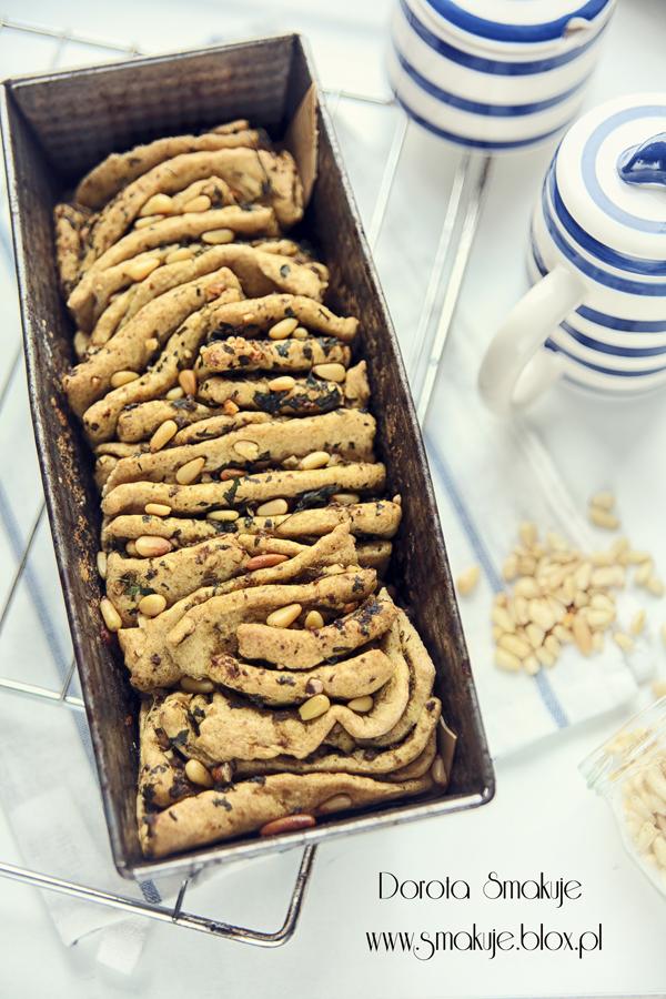 Odrywany chlebek z bazyliowym pesto i piniolami