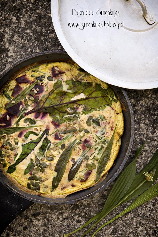 Omlet z botwinką, babką lancetowatą i pestkami dyni