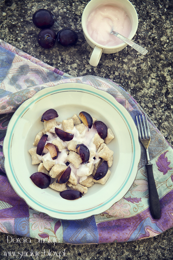 Orkiszowe pierogi leniwe ze śliwkami i jogurtem