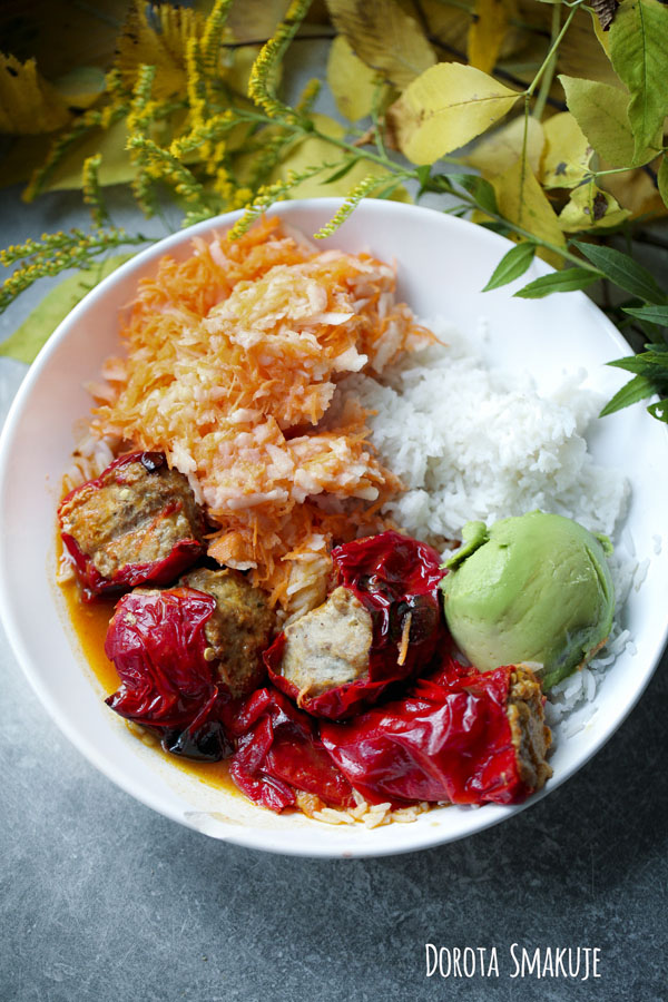 Papryka faszerowana duszona w sosie pomidorowym