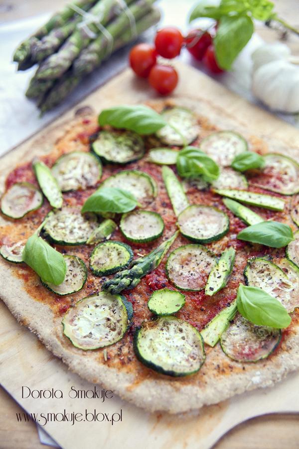 pizza ze szparagami i cukinią
