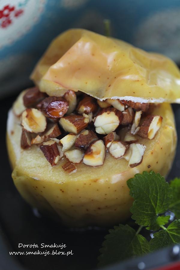 Pieczone jabłka z migdałowo-miodową posypką