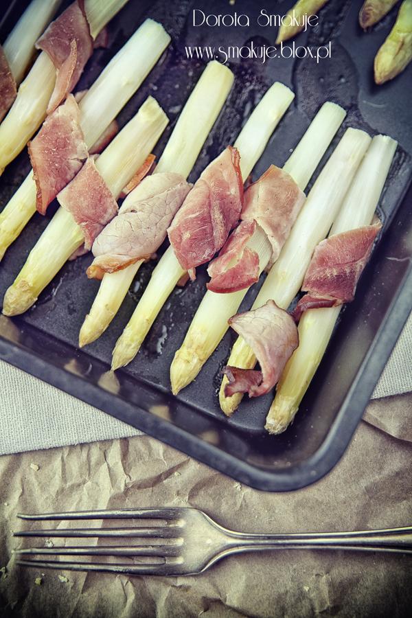 Pieczone szparagi z szynką
