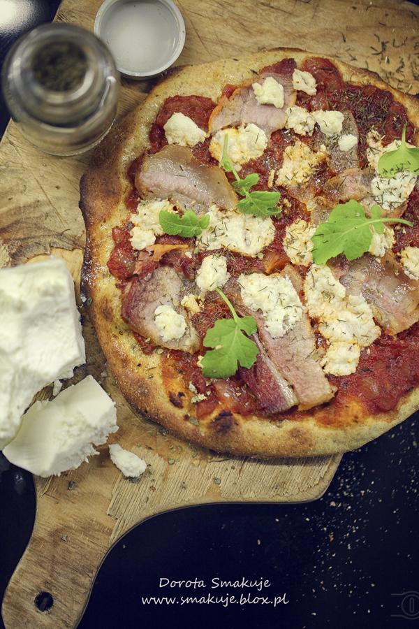 Pizza z boczkiem i serem feta