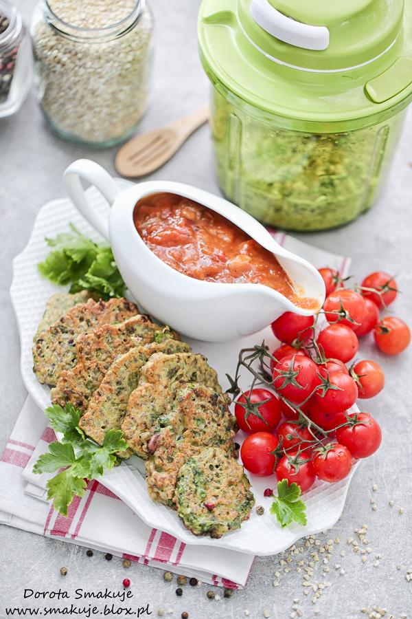 Placki z kaszy jęczmiennej z ziołami i sosem pomidorowym