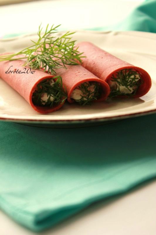 Roladki z sojowego salami z kozim serem, ziołami i pistacjami