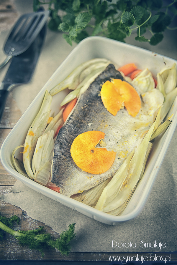 Ryba pieczona z koprem włoskim w pomarańczach