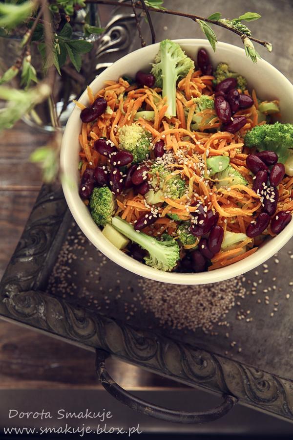 Sałatka na ciepło z marchewki, brokuła i fasoli z sosem tahini
