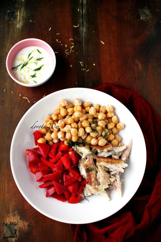 Sałatka z ciecierzycą, wędzonym węgorzem i papryką
