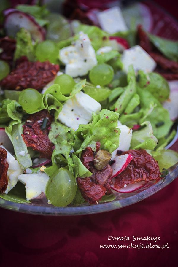 Sałatka z fetą, suszonymi pomidorami, winogronami, kaparami