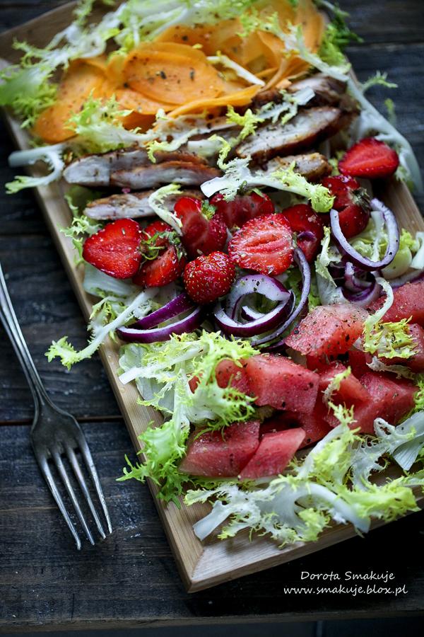 Sałatka z grillowanym kurczakiem, arbuzem, truskawkami i chrupiąca marchewką