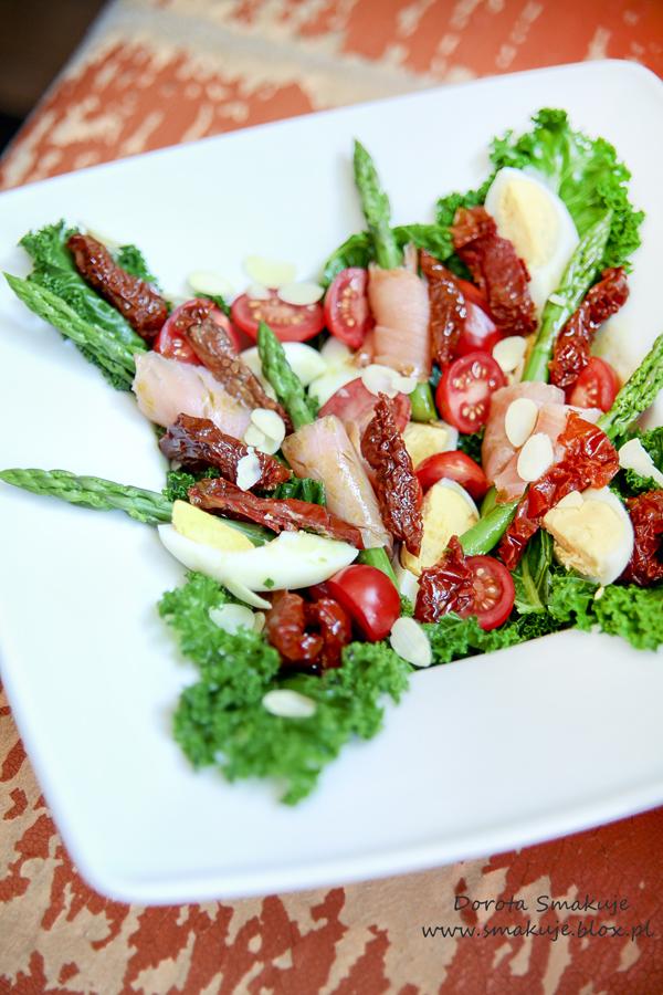 Sałatka z jarmużem, szparagami, wędzonym łososiem i suszonymi pomidorami