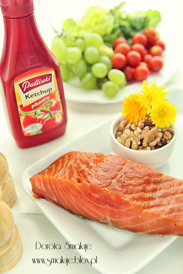 Sałatka z łososiem, winogronami i sosem tysiąca wysp