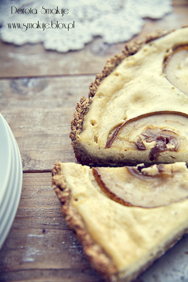 Sernik piernikowy z gruszką na owsiano - bananowym spodzie