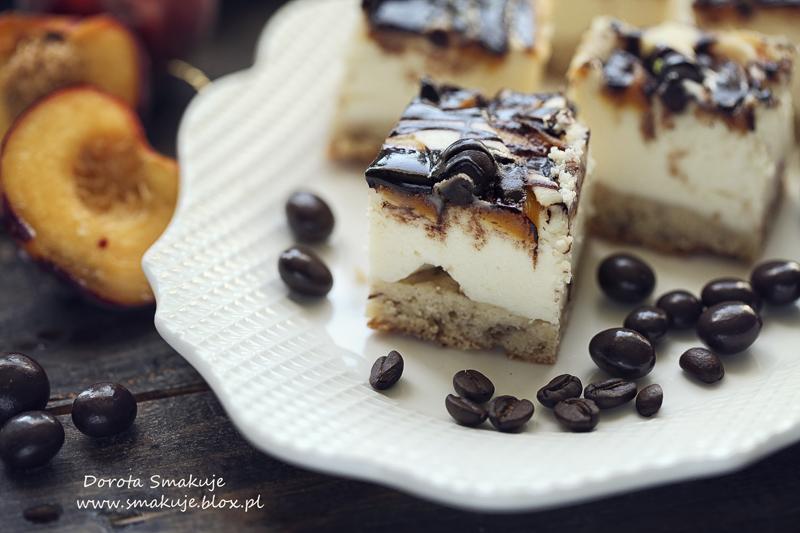 Sernik z brzoskwiniami i ziarnami kawy w czekoladzie na bananowym spodzie