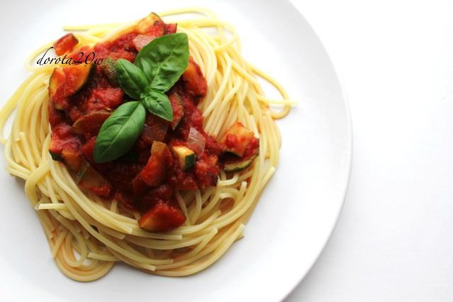 Spaghetti z sosem pomidorowo – cukiniowym