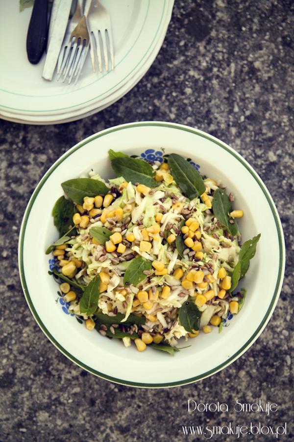 Surówka z kapusty ze szczawiem, kukurydzą i słonecznikiem