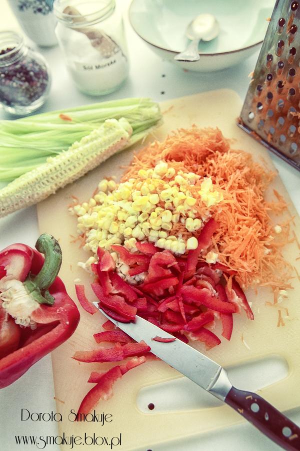 Surówka z marchewki ze świeżą kukurydzą i papryką