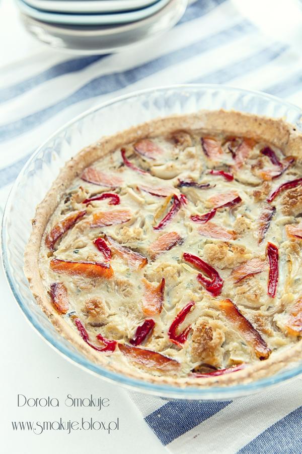 Tarta z wędzonym łososiem, kalafiorem i papryką