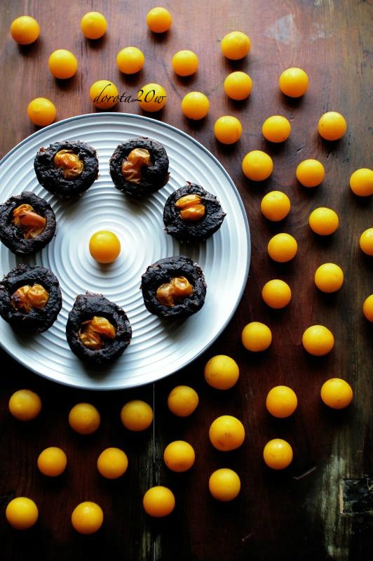 Wegańskie mini muffinki czekoladowo-cynamonowe z mirabelkami