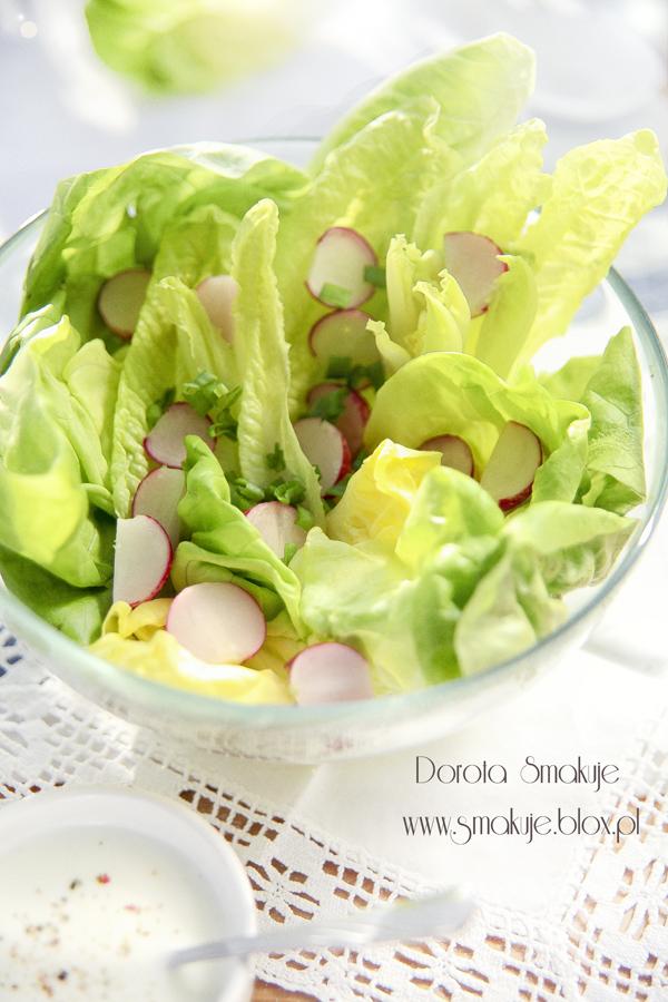 Wiosenna sałata z rzodkiewkami i szczypiorkiem