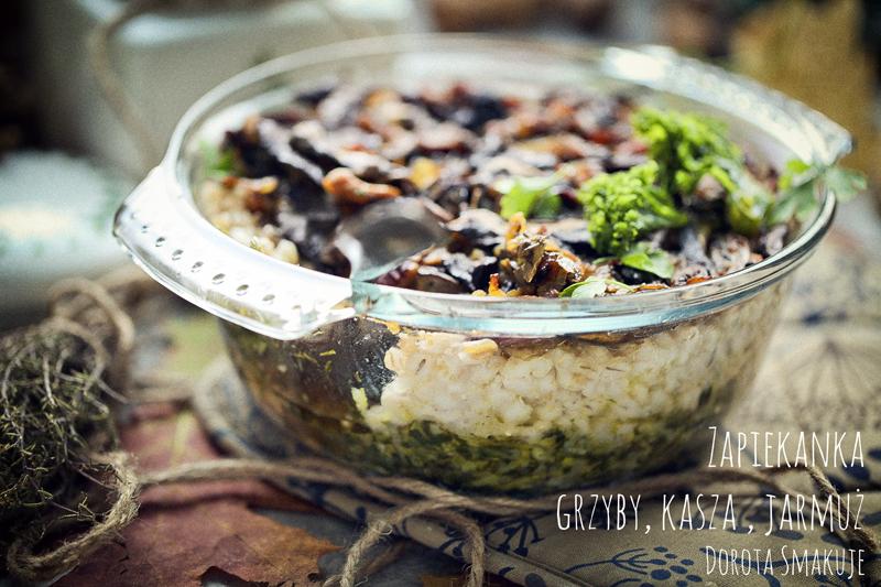 Zapiekanka z grzybami, pęczakiem i jarmużem