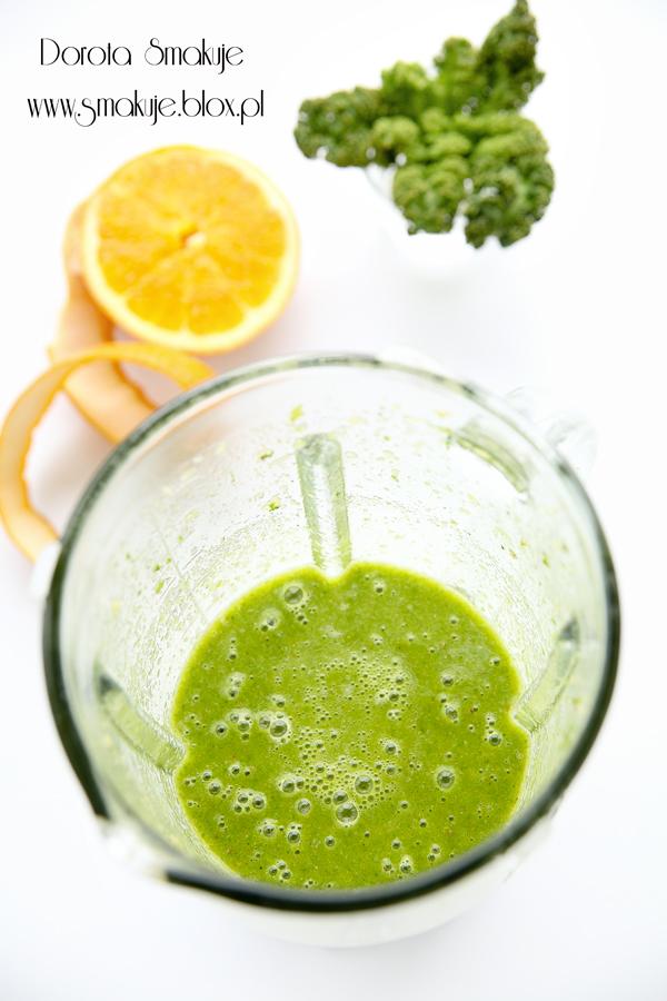 Zielony koktajl z jarmużem i pomarańczą