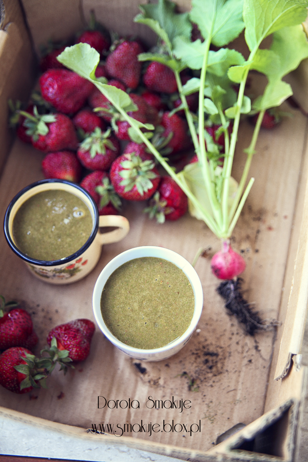 Zielony koktajl z truskawkami i listkami rzodkiewki