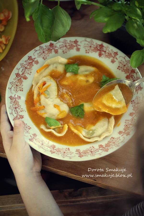 Zupa dyniowo-cukiniowa podana z pierogami z soczewicą