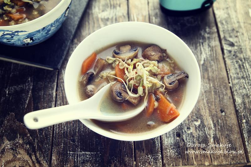 Zupa miso z brązowym ryżem i kiełkami fasoli