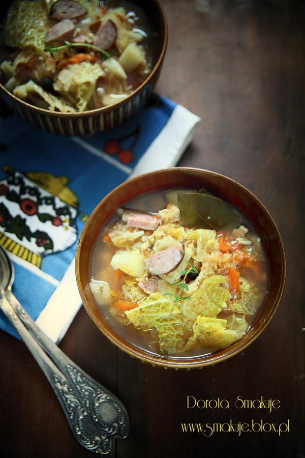 Zupa z kapusty włoskiej z kaszą jaglaną, pomidorami i mięsem
