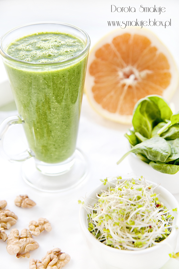 Zielony koktajl grejpfrut-szpinak-kiełki brokuła-orzechy