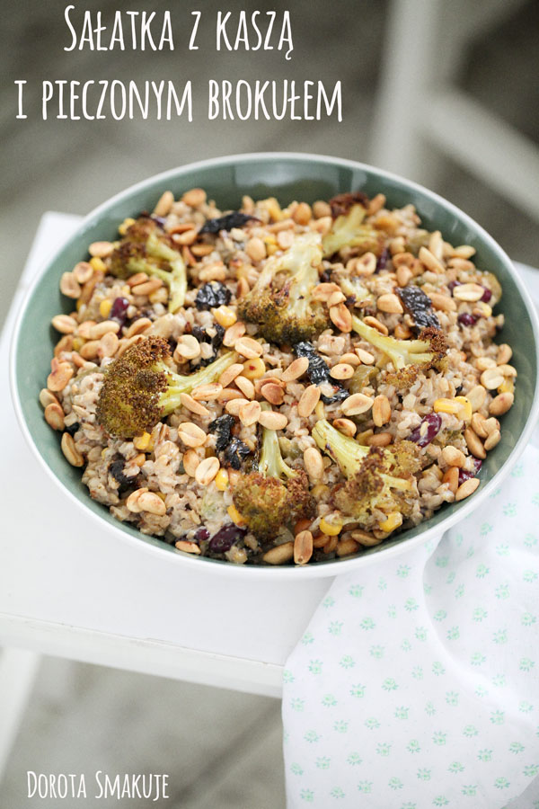 Sałatka z kaszą, brokułem pieczonym, suszonymi pomidorami i orzeszkami ziemnymi