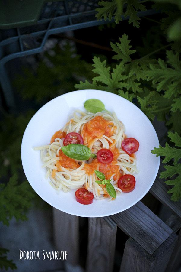 Spaghetti z sosem pomidorowym ze świeżych pomidorów