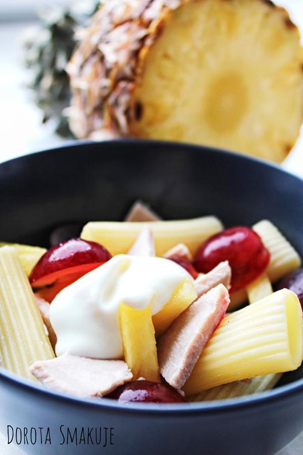 Sałatka makaronowa z pieczonym mięsem, winogronami i ananasem