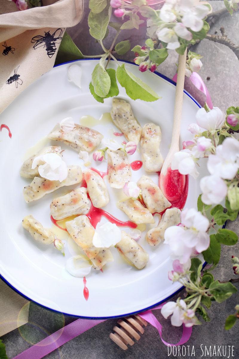 Maślane kluseczki miód malinowy i kwiaty jabłoni